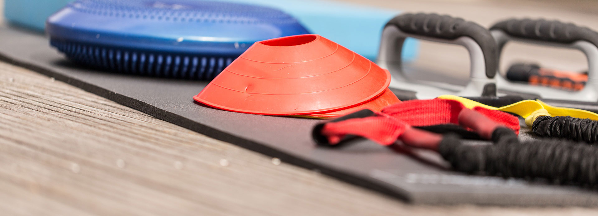 Matériels sportifs divers posés sur un tapis de sol