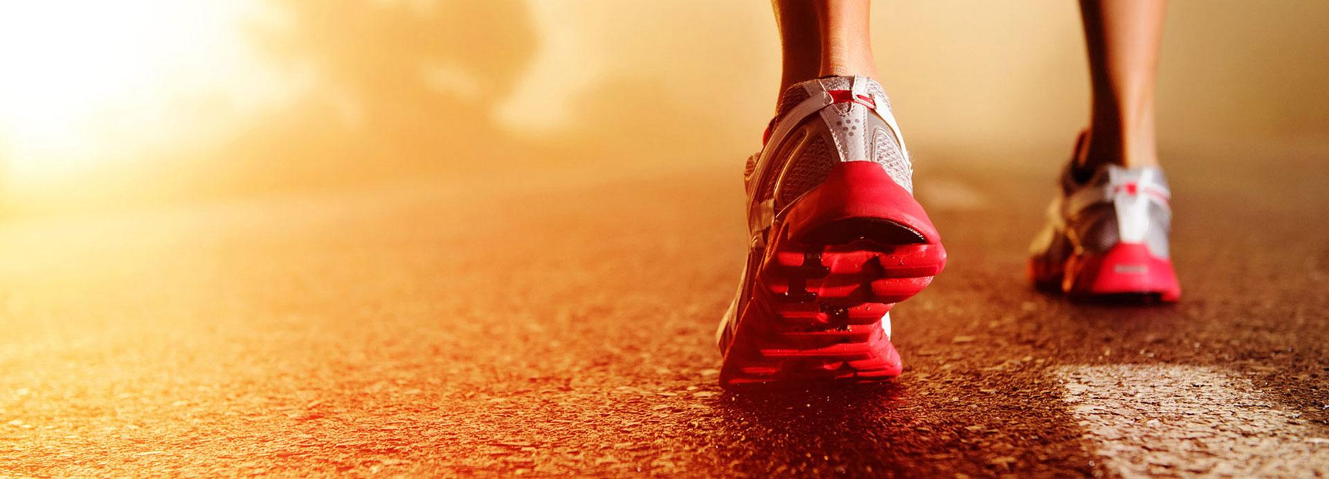 Chaussures de sport rouge porté par une femme.