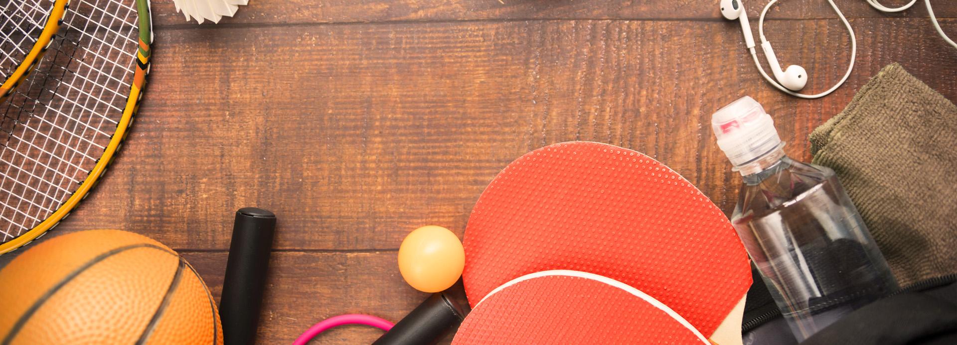 Raquettes, bouteille d'eau, ballon et écouteurs sur une table